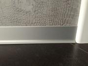Мы производим матовый алюминиевый плинтус с размером 8 см и 6 см